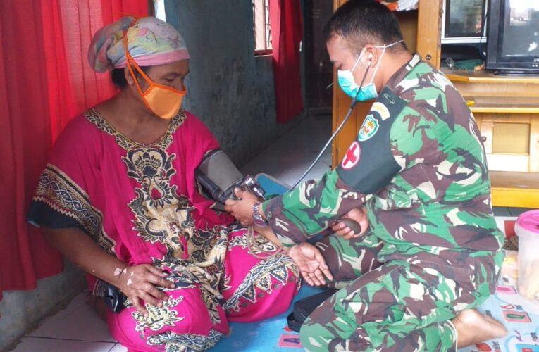Tenaga Kesehatan TNI ikut Andi Mengobati Masyarakat Kampung Cinyurup